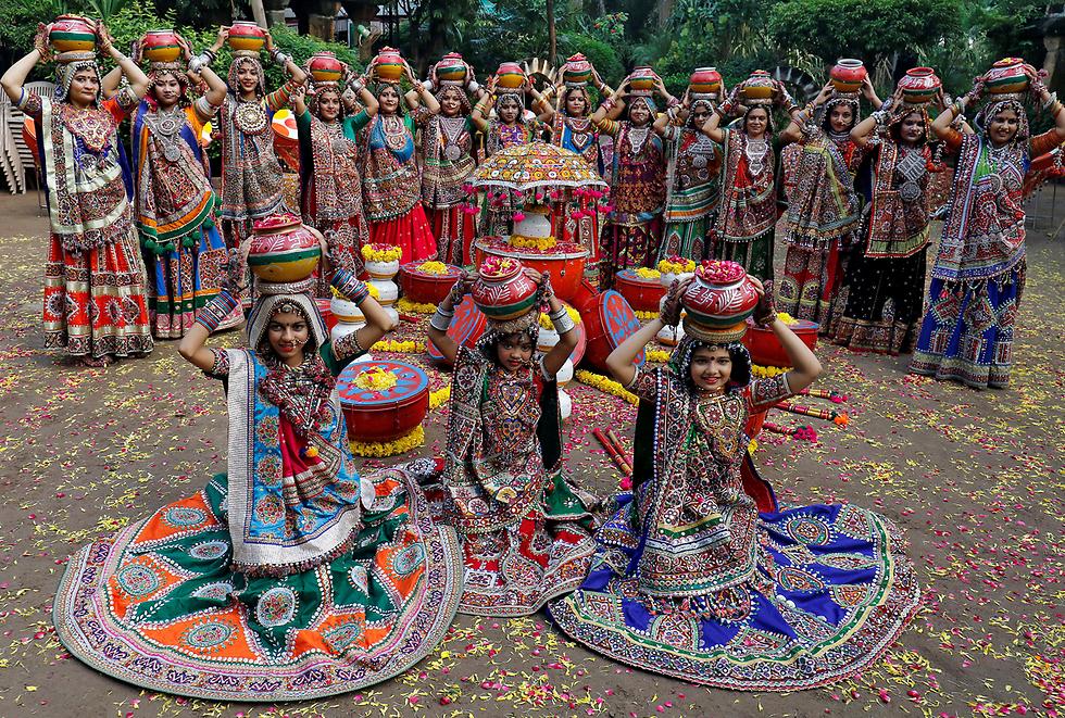 רקדניות בלבוש מסורתי לקראת פסטיבל נברטרי לכבוד אלת ההינדו דורגה. אחמדאבד, הודו (צילום: רויטרס)