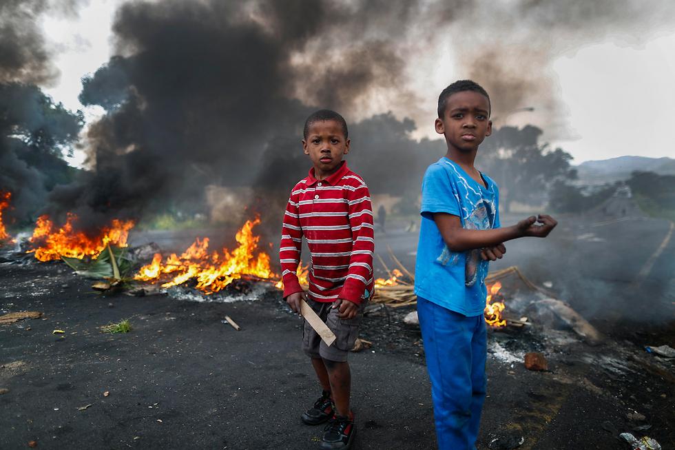 ילדים משתתפים במחאה על היעדר שוטרים באזור מגוריהם בקייפ טאון, דרום אפריקה (צילום: EPA)