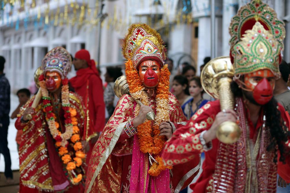 הינדים לבושים כקופי לנגור בפסטיבל אמריטסר, הודו (צילום: EPA)