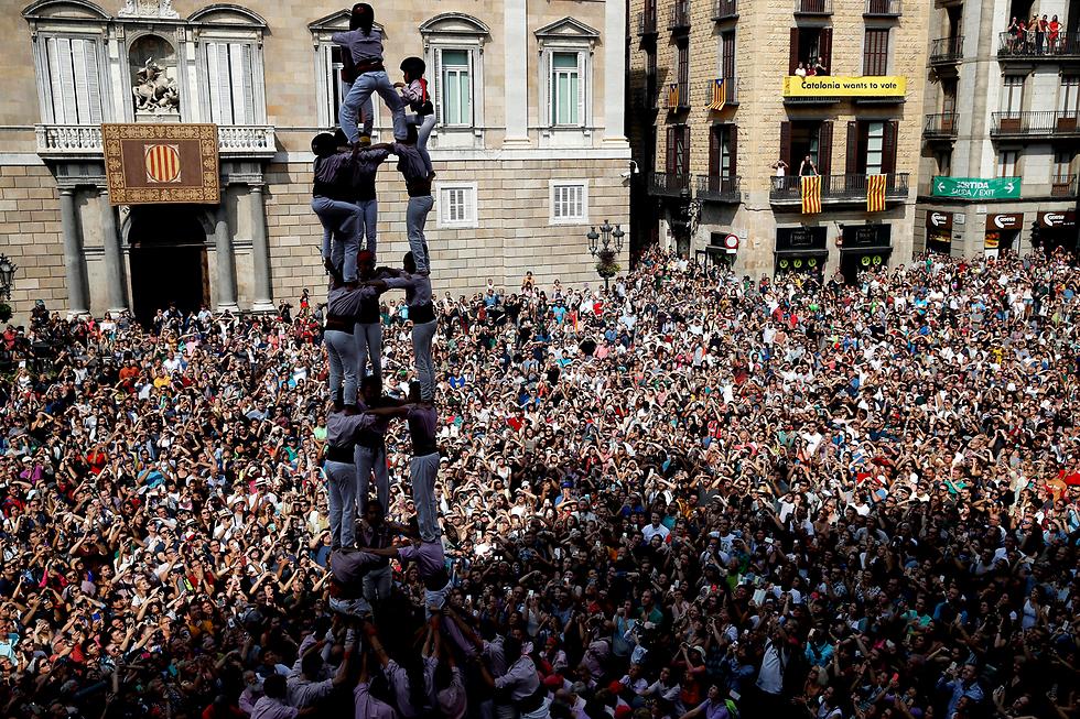בונים מגדל אנושי בפסטיבל לה מרסה בברצלונה (צילום: EPA)