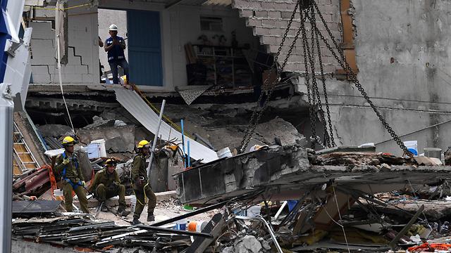 חיפושים אחר ניצולים במקסיקו. מחויבים למשפחות (צילום: AFP)
