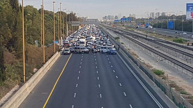 Disabled protestors blocked Ayalon highway Sunday morning (Photo: Avi Chai) (Photo: Avi Chai)