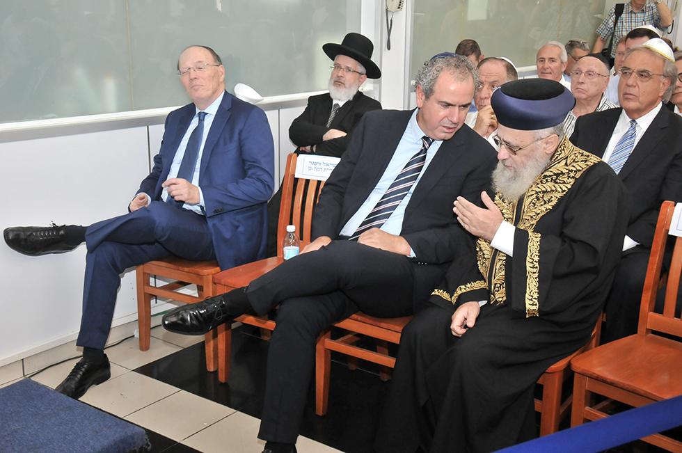 הרב יצחק יוסף ויורם דבש (צילום: דני ערוסי)
