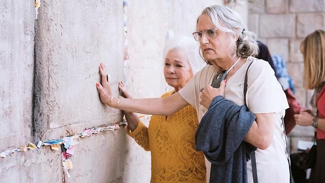 """נזכר בסבתא. טמבור בסצנת הכותל ב""""טרנספרנט"""" (צילום: יח""""צ)"""