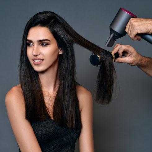ועכשיו - החלקת השיער עם פן. רתם רבי (צילום: איתן טל)