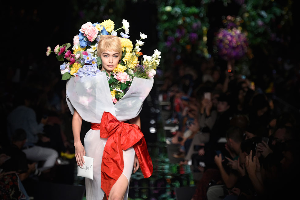 לא לובשות פרחים, הופכות לפרחים. ג'יג'י חדיד בתצוגה של מוסקינו (צילום: Gettyimages)