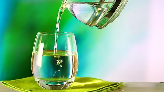 השתייה מגבירה את קצב חילוף החומרים. מים (צילום: shutterstock)