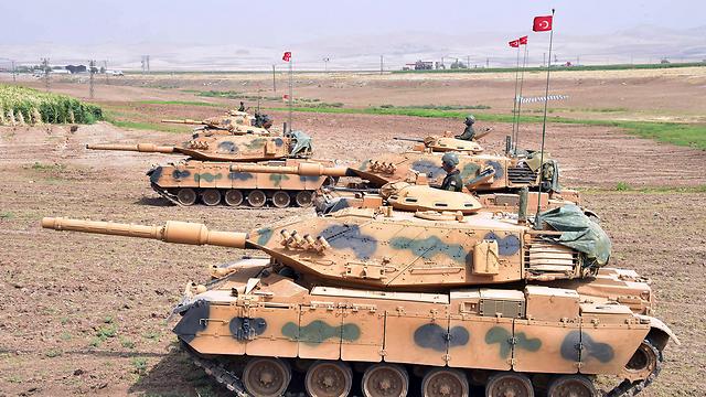 טנקים טורקיים ליד הגבול עם כורדיסטן העיראקית (צילום: AP)