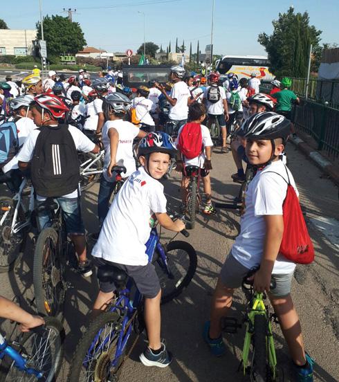 מסע האופניים המשותף לזכר טל, שבו המשתתפים לבשו חולצות עם ציור שהיא ציירה. מימין: יהונתן (צילום: אלבום פרטי)