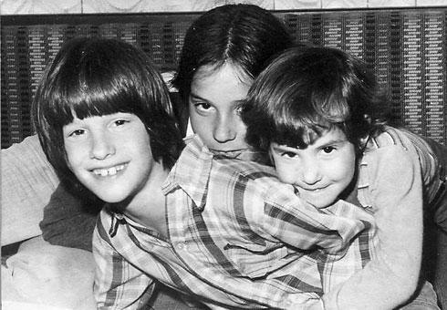 """""""היינו ילדות שקופות שרק ביקשו לברוח מהזוועות שחוו"""". דורית, כנרת ואחיהן עופר בילדותם (צילום: אלבום פרטי)"""