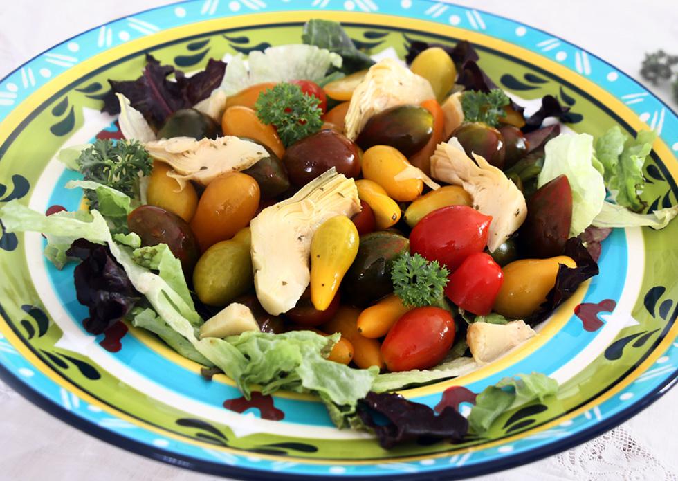 סלט עגבניות שרי בשלושה צבעים עם ארטישוק (צילום: דורית מנו-טל אור)