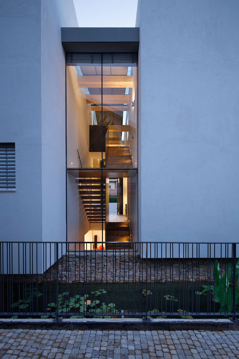 מבט אל קיר הזכוכית המלווה את המדרגות, בשעת ערב (צילום : שי אפשטיין)