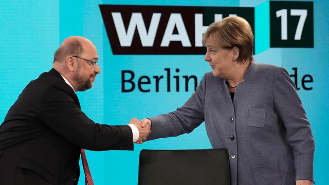 בדרך לממשלה? מרקל ויריבה מרטין שולץ (צילום: AP) (צילום: AP)