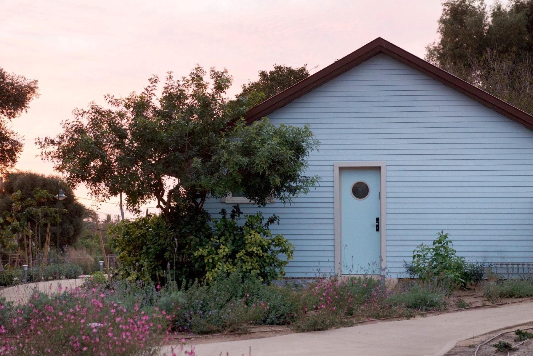 """""""בהשראת ההמפטונס"""": עיצוב בסגנון בית חוף במתחם המלון (צילום: גדעון לוין) (צילום: גדעון לוין)"""