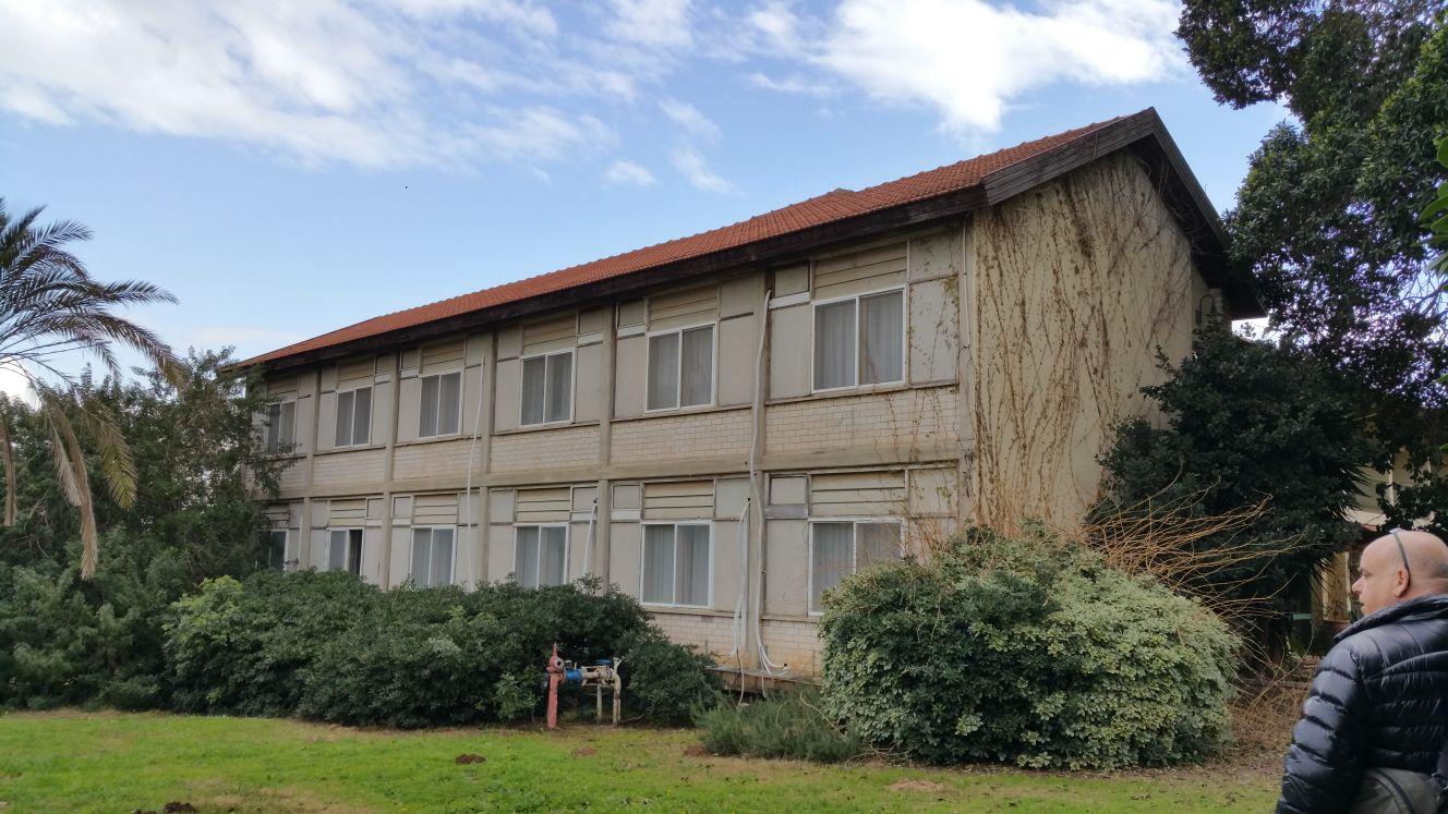 המבנה המרכזי במלון כפי שנראה הרבה לפני השיפוץ ()