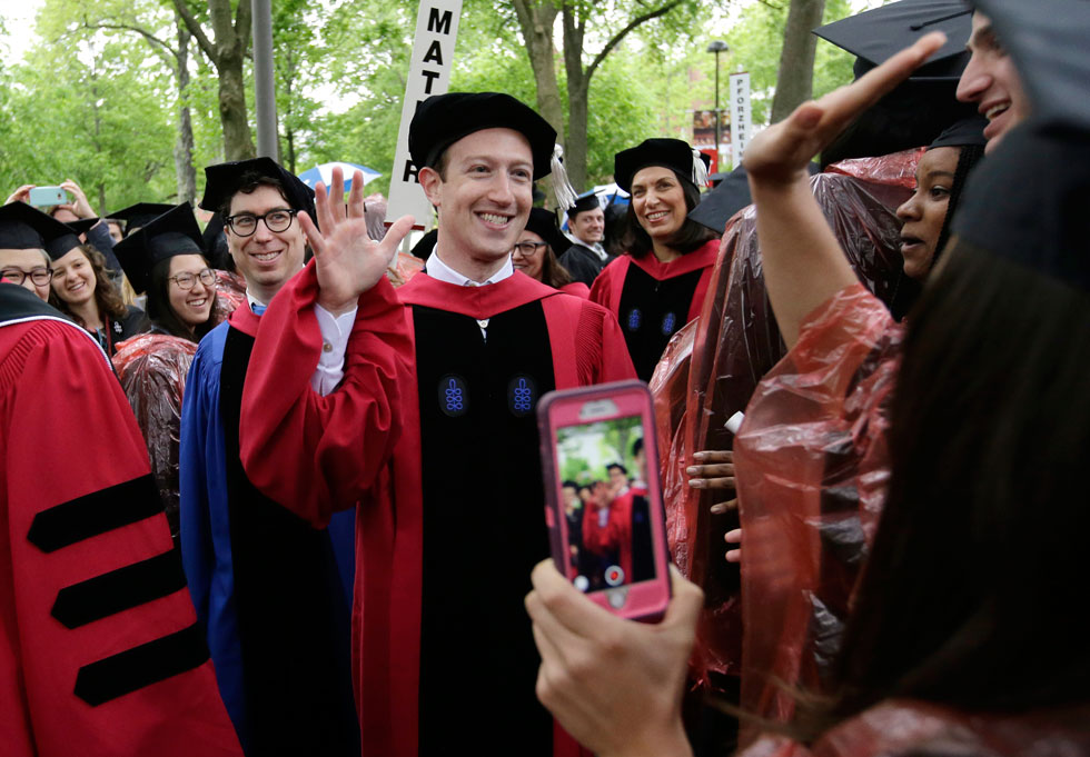 """מארק צוקרברג באוניברסיטת הארוורד. """"אם אצליח להגיע לסוף הנאום הזה, זו תהיה הפעם הראשונה שאסיים משהו כאן"""" (צילום: AP)"""