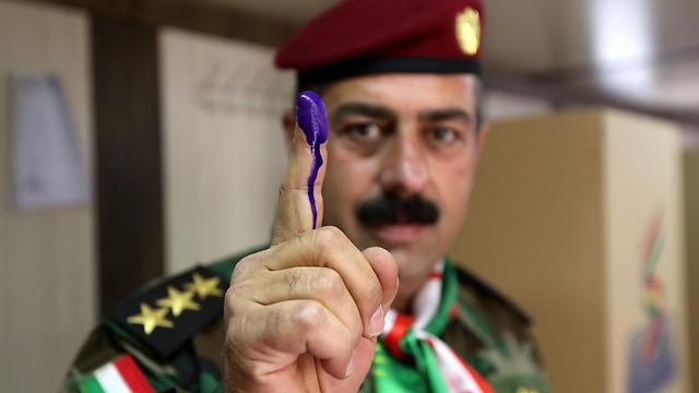 איש כוחות הפשמרגה הכורדיים לאחר הצבעתו (צילום: AFP)