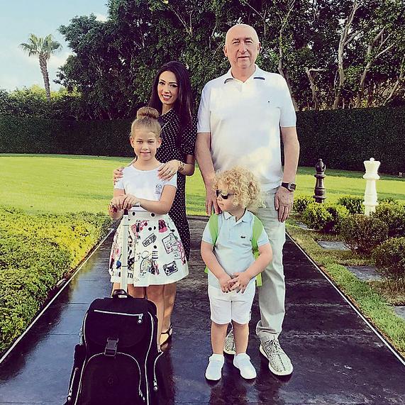 חשבונות בנק נפרדים. עם בן זוגה, מיכאל צ'רנוי והילדים מישל וריצ'י