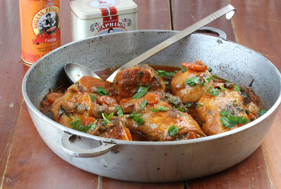 תבשיל עוף עם פפריקה, תפוחי אדמה וגזר (צילום, סגנון והכנה: אסנת לסטר)
