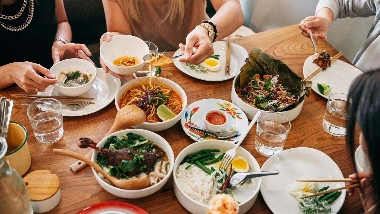 לישון אצל מקומיים ולהזמין מקום במסעדה: השירות החדש של Airbnb