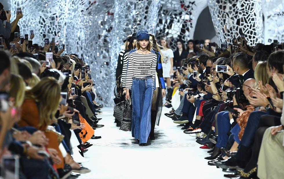 פתחה באופן רשמי ומפתיע את שבוע האופנה בפריז. תצוגת האופנה של דיור (צילום: Gettyimages)