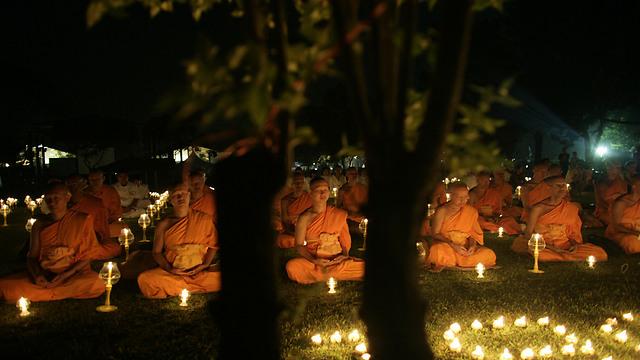 הנפש בתיווך הגוף. נזירים מתרגלים מדיטציה לציון יום הולדתו של בודהה באינדונזיה (צילום: Gettyimages)