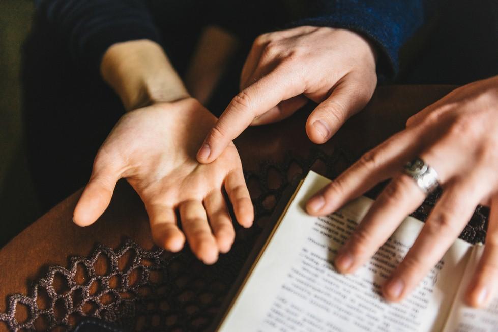 מה קורה בכף היד שלכם? (צילום: shuttestock)