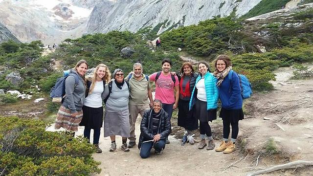 דרורה ובעלה, במרכז התמונה וקבוצת מטיילים צעירים בדרום אמריקה  (מתוך האלבום המשפחתי ) (מתוך האלבום המשפחתי )