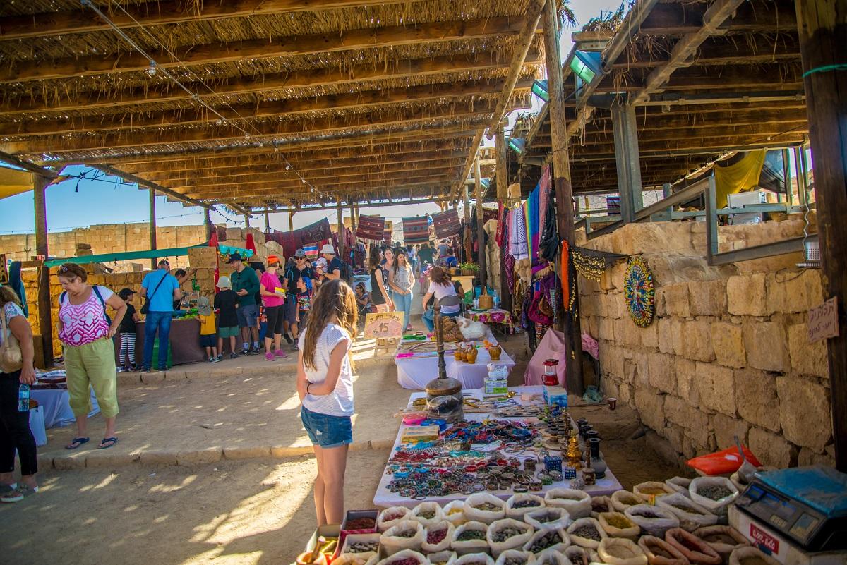 עושים שוק בשוק הנבטי בממשית (צילום: מנו גרינשפן)