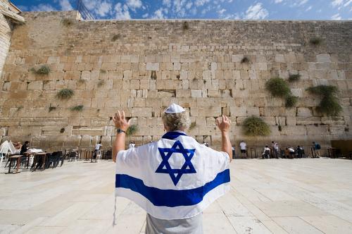 Израильтянин у Стены плача. Фото: Robert Hoetink shutterstock