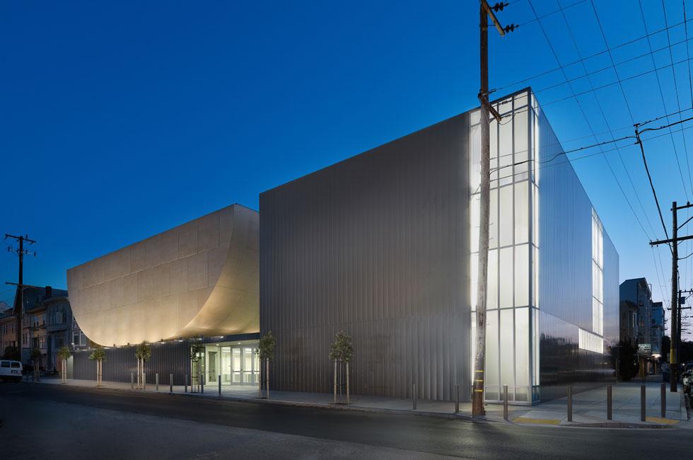 בית הכנסת של קהילת ''בית שלום'', בשדרה ה-14 בסן פרנסיסקו. אחרי פעילות תוססת של 80 שנים נהרס המבנה הישן, שכבר לא ענה על הצרכים המגוונים. הבניין החדש בולט במפגש הרחובות הודות לצורניותו ולחומריותו - שני אגפים, האחד מלבני והשני שנדמה כגוף מעוגל, מרחף (צילום: Rien van Rijthoven)