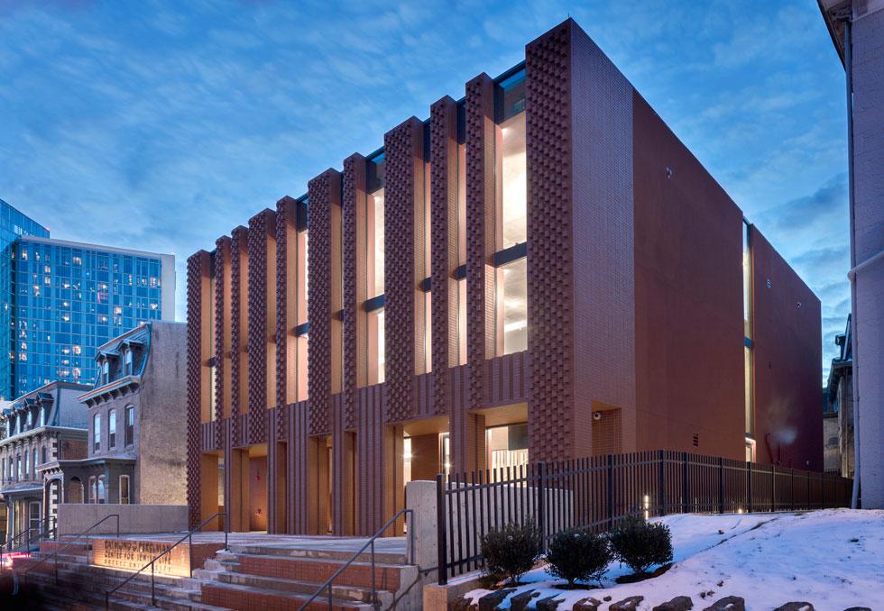 המבנה בן שתי קומות, כמו בנייני המגורים הסמוכים, שהוקמו במאה ה-19. תכנון: סטנלי סיטוביץ (Stanley Saitowitz | Natoma Architects) (צילום: Richard Barnes and Stanley Saitowitz)