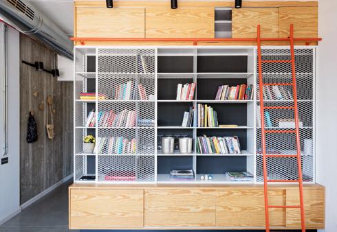בספרייה שילוב של ארונות עץ, מדפי ברזל ורשתות (צילום: אביעד בר-נס)