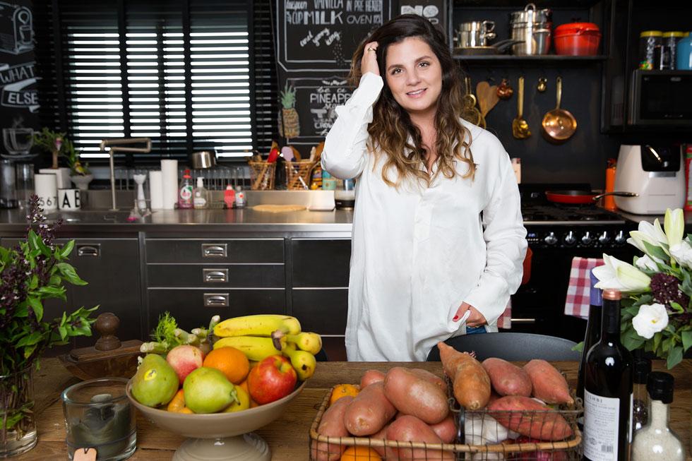 """ליהי הוד בביתה. """"המטבח הוא פינת העבודה שלי וגם האו.סי.די שלי: בחיים לא אלך לישון אם המטבח לא מצוחצח, או שיש כלים בכיור"""" (צילום: ענבל מרמרי)"""