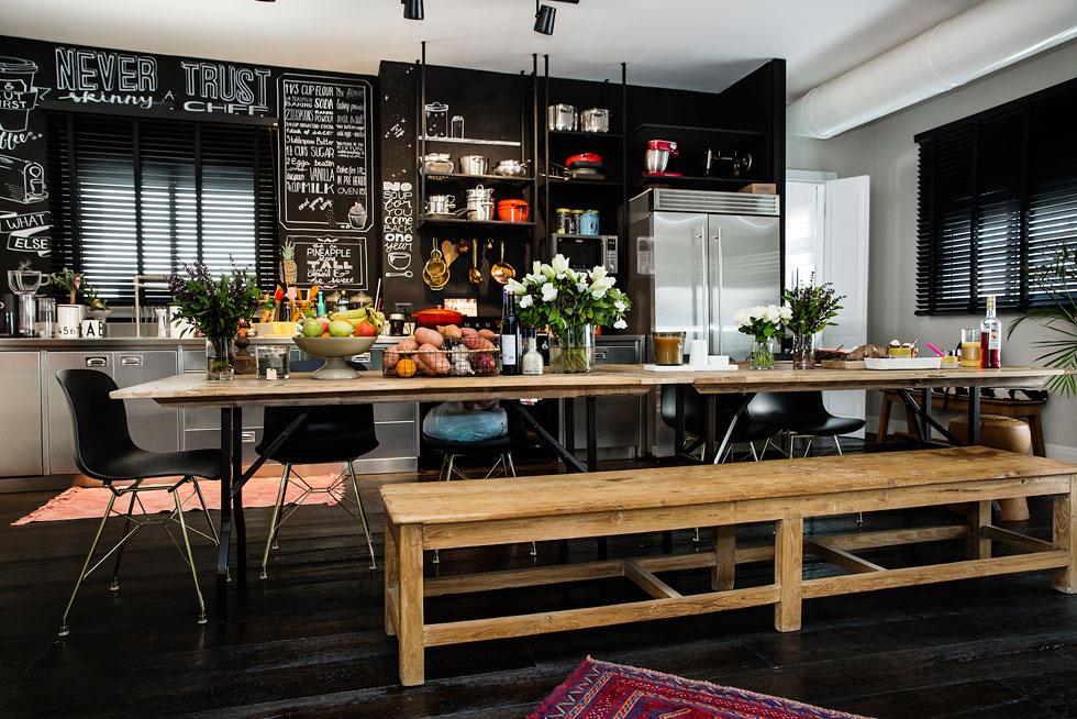 """""""היה חשוב לי שהמטבח יהיה המקום המרכזי בבית כי אנחנו מאוד אוהבים לארח, ואני מבלה שעות בבישול לבני המשפחה ולאורחים"""" (צילום: ענבל מרמרי)"""