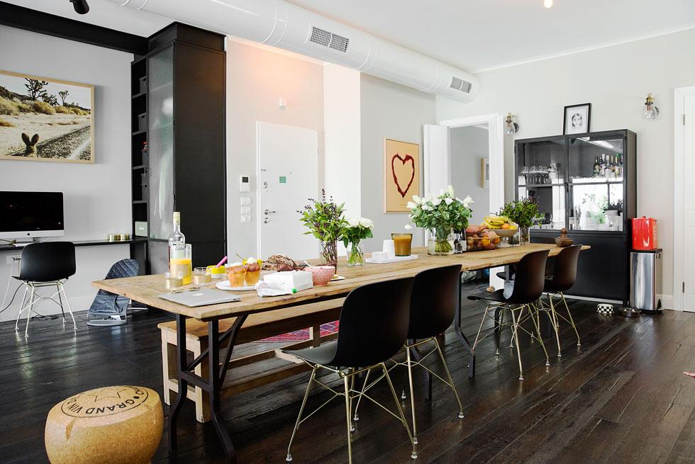 """""""אם הדירה הקודמת שלנו היתה מעוצבת בסגנון שוק פשפשים, הפעם רצינו שהבית יזכיר בעיצוב שלו מלון קולוניאלי"""" (צילום: ענבל מרמרי)"""