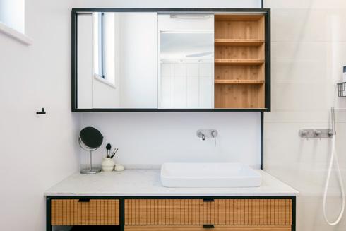 בחדר הרחצה של ההורים ארון כיור עשוי במבוק  (צילום: אביעד בר-נס)
