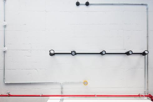 תשתיות חשופות יוצרות מראה גרפי על התקרה  (צילום: אביעד בר-נס)