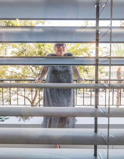 """טובה'לה בדירה: 64 מ""""ר הכוללים חדר שינה, סלון ומטבח המופרדים באמצעות בר, ומרפסת הפונה אל הרחוב (צילום: איתי סיקולסקי)"""