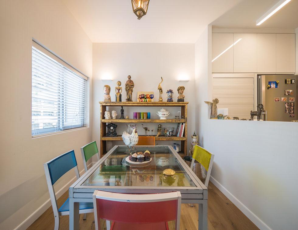 """גל פלורסהיים: """"הבית עוצב במחשבה שאם יהיה צורך בעתיד בסייעת שתגור עם טובה'לה, פינת האוכל יכולה להיסגר ותשמש כחדר בגודל תיקני"""" (צילום: איתי סיקולסקי)"""