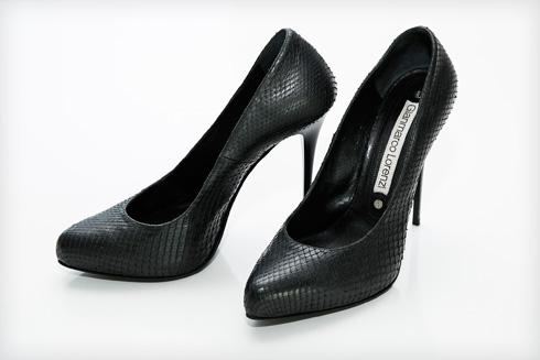 """""""הן עלו לי בסביבות האלף דולר, אבל למרות שחשבתי אז שהן הנעליים הכי יפות שיש – לא נעלתי אותן אפילו פעם אחת כי הן לא נוחות"""" (צילום: ענבל מרמרי)"""