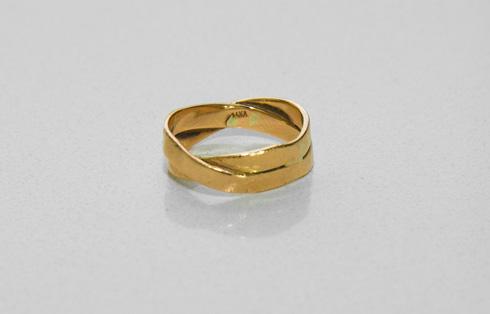 """""""זאת טבעת הנישואים שלי, שמורכבת משתי טבעות זהב אדום ששזורות אחת בשנייה"""" (צילום: ענבל מרמרי)"""