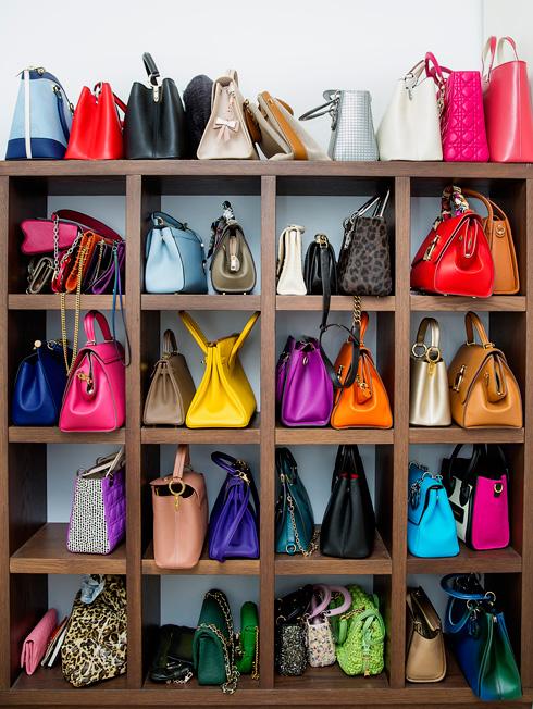 """אוסף התיקים היוקרתי של הורביץ. """"תיקים ושמלות ב-2,000-1,000 דולר זה עוד בסדר, אבל יותר מזה מבייש אותי"""" (צילום: ענבל מרמרי)"""