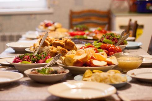 אחת המנות שעל השולחן, יכולה להיות מעשה ידיכם (צילום: Shutterstock)