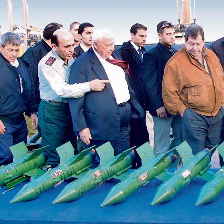 """ראש הממשלה שרון, שר הביטחון בן־אליעזר והרמטכ""""ל מופז בוחנים טילי נ""""ט שנמצאו על האונייה"""