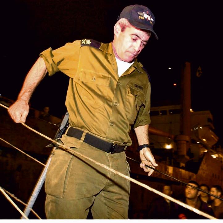 """מפקד חיל הים בזמן המבצע, אלוף ידידיה יערי, יורד מסיפון ה""""קארין איי"""""""