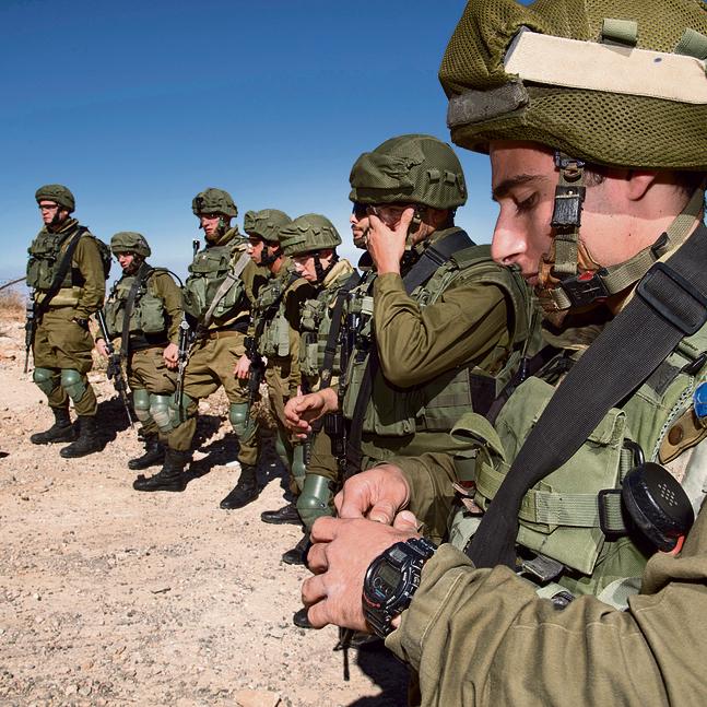 סמל שחר (מימין) עם הלוחמים מחוץ למוצב. אם מבחינים ברועה צאן או בדמות חשודה המתקרבת לאזור הגבול, מוקפצת לשם חוליית חיילים