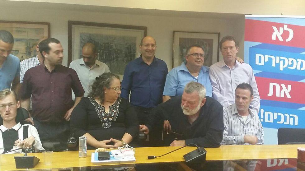 """""""היסטוריה חברתית"""". צוותי המו""""מ לאחר חתימת ההסכם (צילום: אמיר אלון)"""