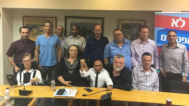 The negotiating teams after the agreement was reached, on Sep. 29, 2017 (Photo: Histadrut spokesperson's department)