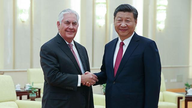 טילרסון עם הנשיא הסיני שי ג'ינפינג בבייג'ינג (צילום: AFP)